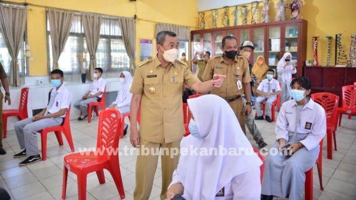 FOTO: Gubernur Riau Syamsuar Tinjau Vaksinasi di SMAN 11 Pekanbaru - foto_gubernur_riau_tinjau_vaksinasi_di_sman_11_pekanbaru_1.jpg