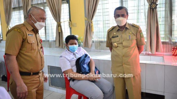 FOTO: Gubernur Riau Syamsuar Tinjau Vaksinasi di SMAN 11 Pekanbaru - foto_gubernur_riau_tinjau_vaksinasi_di_sman_11_pekanbaru_2.jpg
