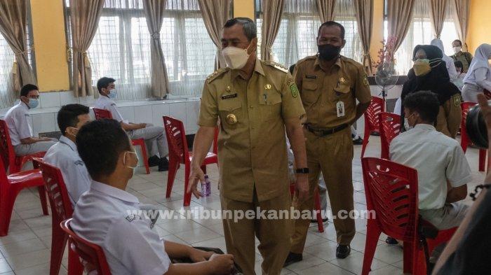 FOTO: Gubernur Riau Syamsuar Tinjau Vaksinasi di SMAN 11 Pekanbaru - foto_gubernur_riau_tinjau_vaksinasi_di_sman_11_pekanbaru_3.jpg