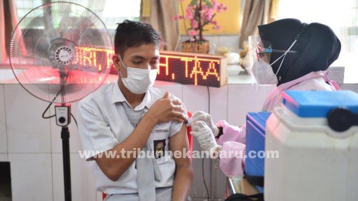 FOTO: Gubernur Riau Syamsuar Tinjau Vaksinasi di SMAN 11 Pekanbaru - foto_gubernur_riau_tinjau_vaksinasi_di_sman_11_pekanbaru_4.jpg