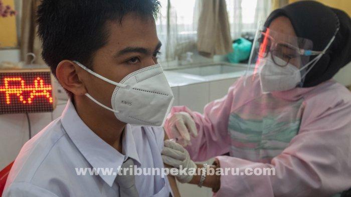 FOTO: Gubernur Riau Syamsuar Tinjau Vaksinasi di SMAN 11 Pekanbaru - foto_gubernur_riau_tinjau_vaksinasi_di_sman_11_pekanbaru_5.jpg