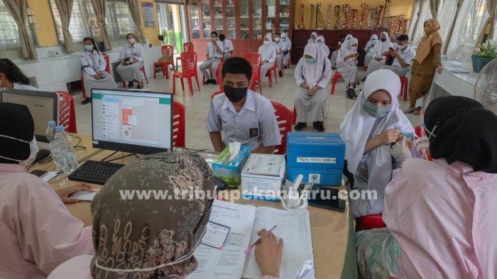 FOTO: Gubernur Riau Syamsuar Tinjau Vaksinasi di SMAN 11 Pekanbaru - foto_gubernur_riau_tinjau_vaksinasi_di_sman_11_pekanbaru_6.jpg