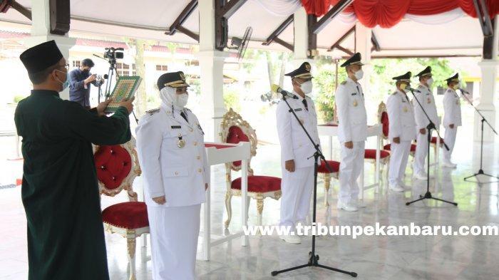 FOTO: Gubernur Syamsuar Resmi Melantik Tiga Kepala Daerah di Riau - foto_gubernur_syamsuar_resmi_melantik_tiga_kepala_daerah_di_riau_2.jpg