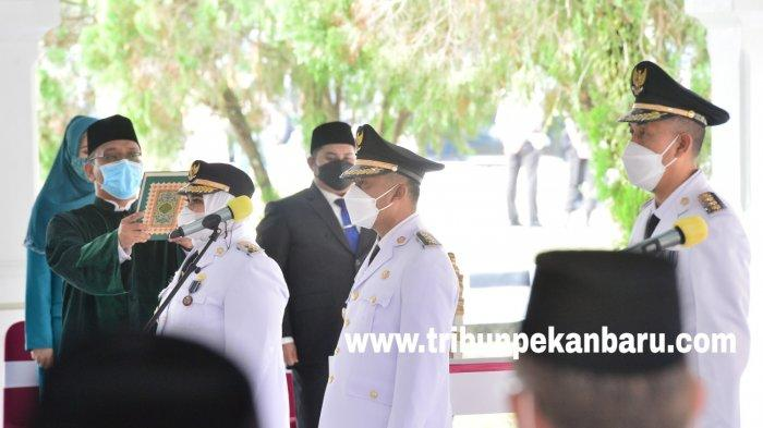 FOTO: Gubernur Syamsuar Resmi Melantik Tiga Kepala Daerah di Riau - foto_gubernur_syamsuar_resmi_melantik_tiga_kepala_daerah_di_riau_3.jpg