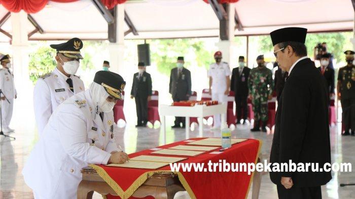 FOTO: Gubernur Syamsuar Resmi Melantik Tiga Kepala Daerah di Riau - foto_gubernur_syamsuar_resmi_melantik_tiga_kepala_daerah_di_riau_4.jpg
