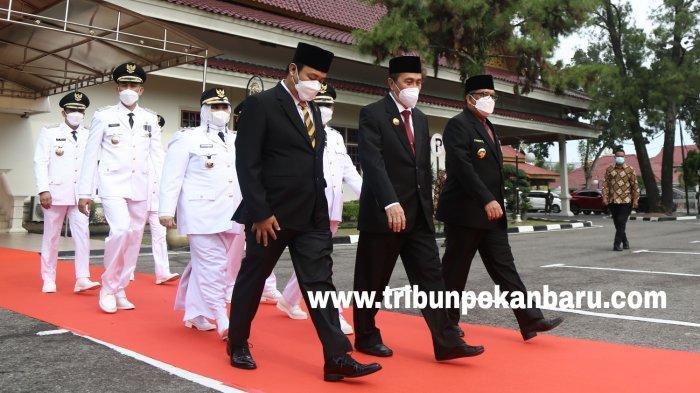 FOTO: Gubernur Syamsuar Resmi Melantik Tiga Kepala Daerah di Riau - foto_gubernur_syamsuar_resmi_melantik_tiga_kepala_daerah_di_riau_5.jpg