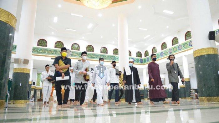 FOTO: Gubernur Riau Tarawih Perdana di Masjid An Nur Pekanbaru - foto_gubri_tarawih_perdana_di_mesjid_an_nur_pekanbaru_3.jpg