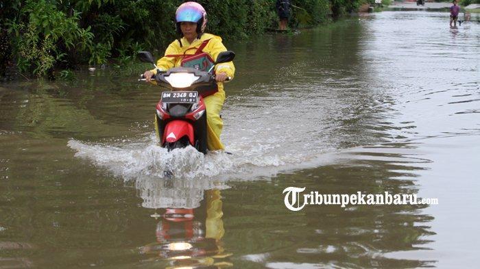 foto_hujan_semalaman_ruas_jalan_di_rumbai_pesisir_pekanbaru_tergenang_banjir_4.jpg