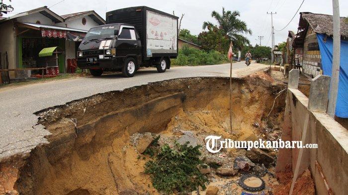 FOTO: Jalan Amblas di Pekanbaru ini Hampir Memakan Setengah Badan Jalan - foto_jalan_amblas_di_pekanbaru_ini_hampir_memakan_setengah_badan_jalan_1.jpg