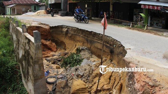 FOTO: Jalan Amblas di Pekanbaru ini Hampir Memakan Setengah Badan Jalan - foto_jalan_amblas_di_pekanbaru_ini_hampir_memakan_setengah_badan_jalan_2.jpg