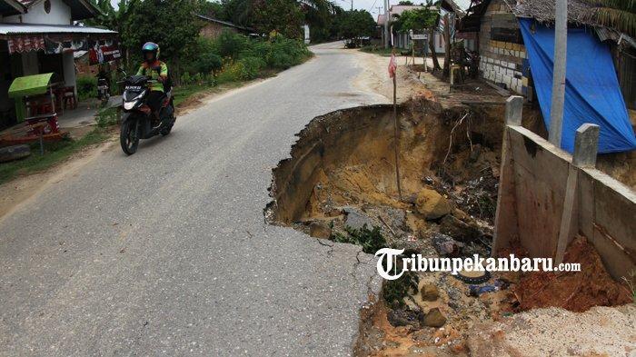 FOTO: Jalan Amblas di Pekanbaru ini Hampir Memakan Setengah Badan Jalan - foto_jalan_amblas_di_pekanbaru_ini_hampir_memakan_setengah_badan_jalan_3.jpg