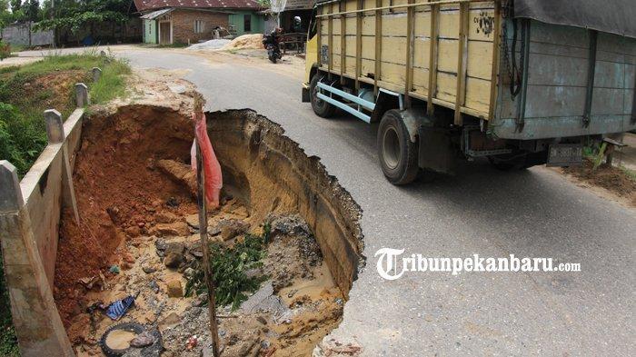 FOTO: Jalan Amblas di Pekanbaru ini Hampir Memakan Setengah Badan Jalan - foto_jalan_amblas_di_pekanbaru_ini_hampir_memakan_setengah_badan_jalan_4.jpg