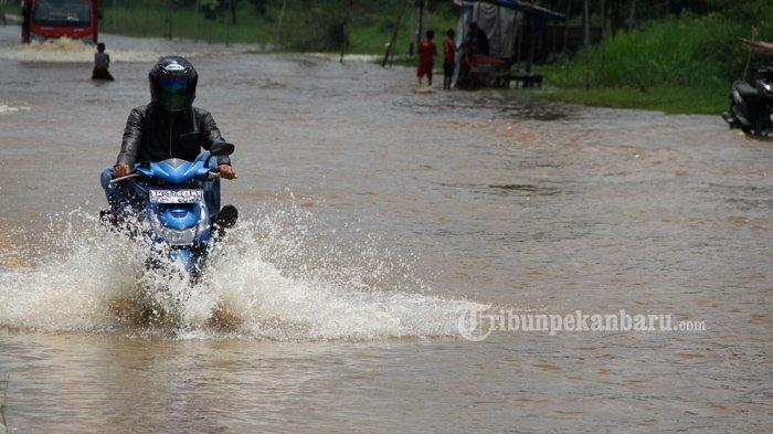 FOTO: Jalan Jenderal Sudirman Ujung Dekat Jembatan Siak IV Pekanbaru Masih Banjir - foto_jalan_jenderal_sudirman_ujung_dekat_jembatan_siak_iv_pekanbaru_masih_banjir_1.jpg