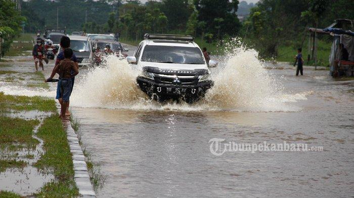 FOTO: Jalan Jenderal Sudirman Ujung Dekat Jembatan Siak IV Pekanbaru Masih Banjir - foto_jalan_jenderal_sudirman_ujung_dekat_jembatan_siak_iv_pekanbaru_masih_banjir_2.jpg
