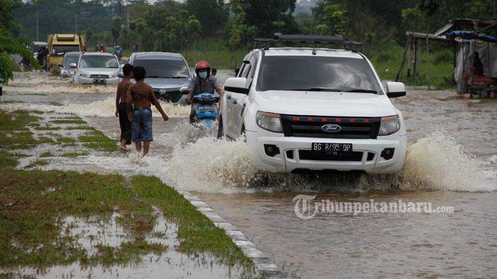 FOTO: Jalan Jenderal Sudirman Ujung Dekat Jembatan Siak IV Pekanbaru Masih Banjir - foto_jalan_jenderal_sudirman_ujung_dekat_jembatan_siak_iv_pekanbaru_masih_banjir_3.jpg