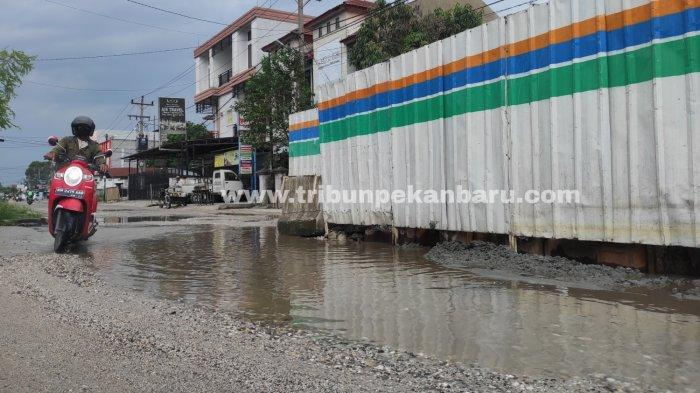 FOTO: Jalan Rusak Bekas Galian Perpipaan Limbah di Kota Pekanbaru - foto_jalan_rusak_bekas_galian_perpipaan_limbah_di_kota_pekanbaru_2.jpg
