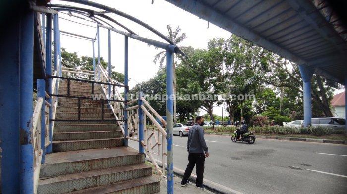 FOTO: JPO Rusak di Jalan Jenderal Sudirman Pekanbaru Ini Tak Kunjung Diperbaiki - foto_jpo_di_kawasan_jalan_jenderal_sudirman_pekanbaru_ini_tak_kunjung_diperbaiki_1.jpg
