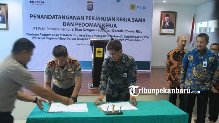 FOTO: Kapolda Riau Tandatangani Perjanjian Kerjasama dengan PLN Soal Pengamanan Instalasi dan Aset - foto_kapolda_riau_tandatangani_perjanjian_kerjasama_dengan_pln_soal_pengamanan_instalasi_dan_aset2.jpg