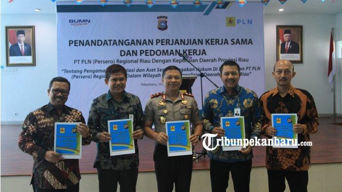 FOTO: Kapolda Riau Tandatangani Perjanjian Kerjasama dengan PLN Soal Pengamanan Instalasi dan Aset - foto_kapolda_riau_tandatangani_perjanjian_kerjasama_dengan_pln_soal_pengamanan_instalasi_dan_aset3.jpg