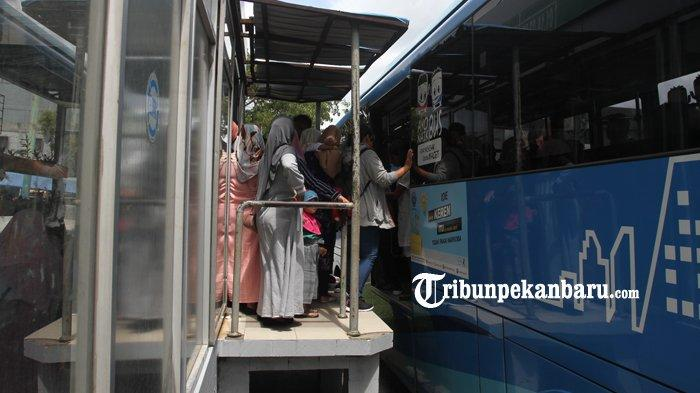 Upayakan Social Distancing Penumpang di Halte dan Bus TMP, Dishub Pekanbaru Pasang Stiker