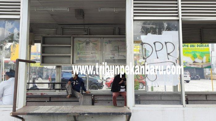 FOTO: Kondisi Halte Bus TMP Depan RS Awal Bros Pekanbaru Makin Memprihatinkan - foto_kondisi_halte_bus_tmp_depan_rs_awal_bros_pekanbaru_makin_memprihatinkan_1.jpg