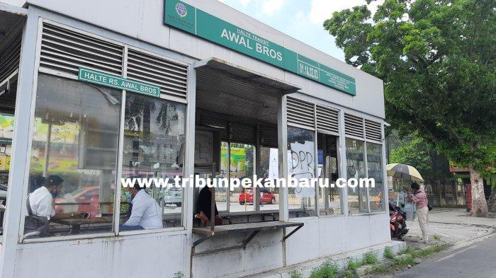 FOTO: Kondisi Halte Bus TMP Depan RS Awal Bros Pekanbaru Makin Memprihatinkan - foto_kondisi_halte_bus_tmp_depan_rs_awal_bros_pekanbaru_makin_memprihatinkan_2.jpg
