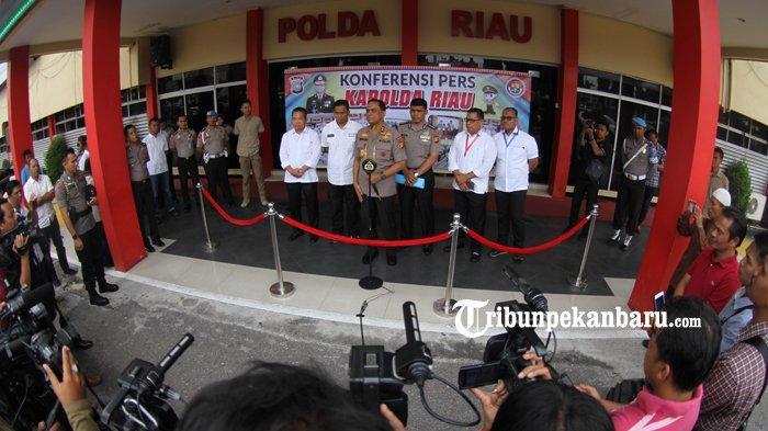 FOTO: Konfrensi Pers Terkait Pengrusakan Baliho Partai di Pekanbaru - foto_konfrensi_pers_pengrusakan_baliho_partai_di_pekanbaru_2.jpg