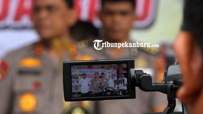 FOTO: Konfrensi Pers Terkait Pengrusakan Baliho Partai di Pekanbaru - foto_konfrensi_pers_pengrusakan_baliho_partai_di_pekanbaru_3.jpg