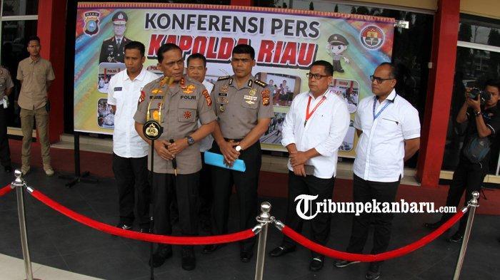 FOTO: Konfrensi Pers Terkait Pengrusakan Baliho Partai di Pekanbaru - foto_konfrensi_pers_pengrusakan_baliho_partai_di_pekanbaru_4.jpg