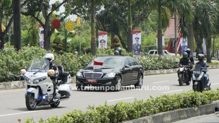 Iring-iringan mobil Kepresidenan RI saat melintas Jalan Jenderal Sudirman, Pekanbaru menuju Gelanggang Remaja, Rabu (19/5/2021). (www.tribunpekanbaru.com/Doddy Vladimir).