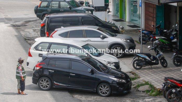 FOTO: Layanan Parkir di Pekanbaru Masih Sistem Tunai - foto_layanan_parkir_pinggir_jalan_di_pekanbaru_masih_sistem_tunai_2.jpg