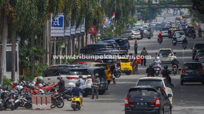 FOTO: Layanan Parkir di Pekanbaru Masih Sistem Tunai - foto_layanan_parkir_pinggir_jalan_di_pekanbaru_masih_sistem_tunai_3.jpg