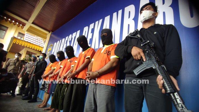 FOTO: Lima Penumpang Bandara SSK II Pekanbaru Ditangkap Karena Palsukan Surat PCR - foto_lima_penumpang_bandara_ssk_ii_pekanbaru_ditangkap_karena_palsukan_surat_pcr_2.jpg