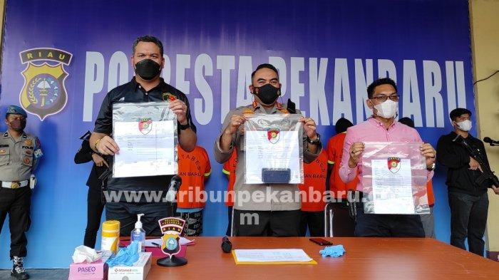 FOTO: Lima Penumpang Bandara SSK II Pekanbaru Ditangkap Karena Palsukan Surat PCR - foto_lima_penumpang_bandara_ssk_ii_pekanbaru_ditangkap_karena_palsukan_surat_pcr_3.jpg