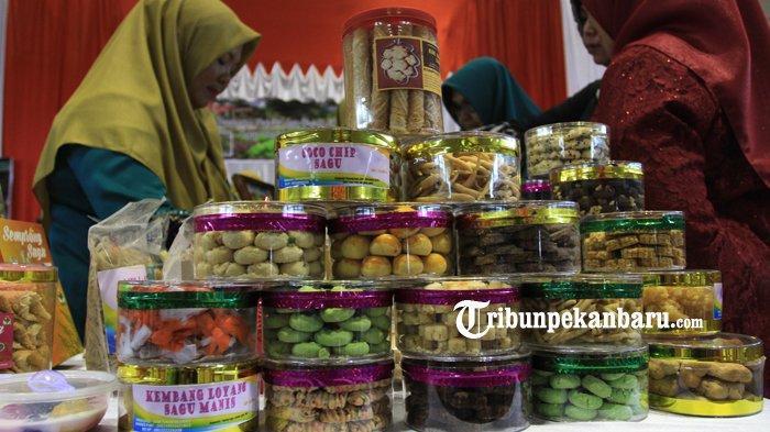 Beragam turunan makanan yang diolah dari bahan dasar sagu disajikan dalam ajang festival pangan lokal dengan tema sagu riau menyapa dunia, di Gor Tribunana Pekanbaru, Selasa (27/8/2019). (TRIBUN PEKANBARU/THEO RIZKY).