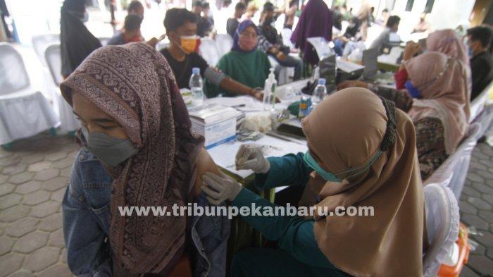 FOTO: Masyarakat Peroleh Dosis Vaksin Kedua di Sentra Vaksinasi Kalbe-Kompas Gramedia-BPOM Pekanbaru - foto_masyarakat_peroleh_dosis_vaksin_kedua_di_sentra_vaksinasi_kalbe-kompas_gramedia-bpom_pekanbaru1.jpg