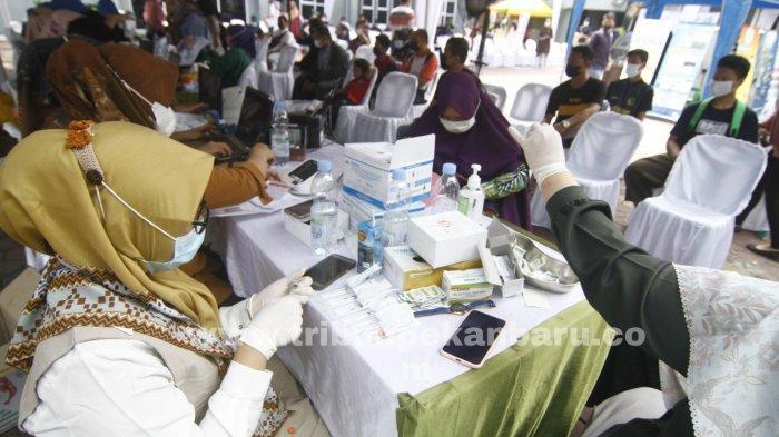 FOTO: Masyarakat Peroleh Dosis Vaksin Kedua di Sentra Vaksinasi Kalbe-Kompas Gramedia-BPOM Pekanbaru - foto_masyarakat_peroleh_dosis_vaksin_kedua_di_sentra_vaksinasi_kalbe-kompas_gramedia-bpom_pekanbaru3.jpg
