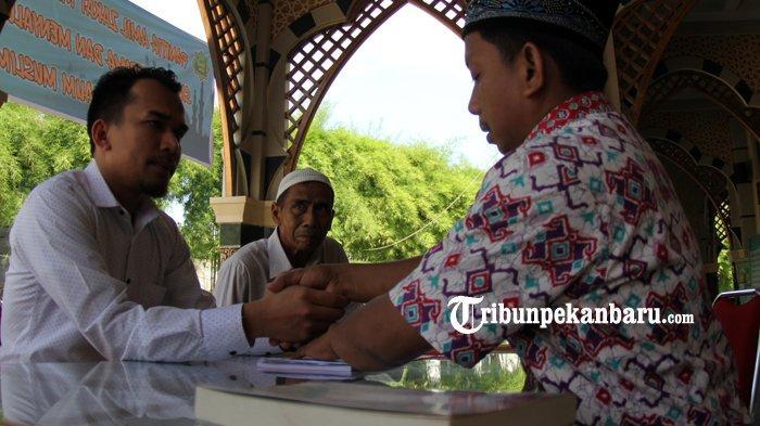 FOTO: Membayar Zakat Fitrah di Masjid Ar Rahman Pekanbaru - foto_membayar_zakat_fitrah_di_masjid_ar_rahman_pekanbaru_2.jpg