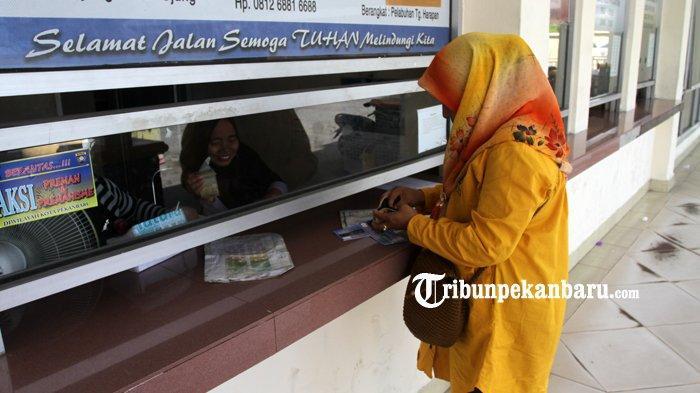 FOTO: Membeli Tiket di Pelabuhan Sungai Duku Pekanbaru - foto_membeli_tiket_di_pelabuhan_sungai_duku_pekanbaru_2.jpg