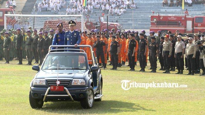 FOTO: Mendagri Pimpin Upacara HUT Damkar di Stadion Kaharudin Nasution Pekanbaru - foto_mendagri_pimpin_upacara_hut_damkar_di_stadion_kaharudin_nasution_pekanbaru_3.jpg