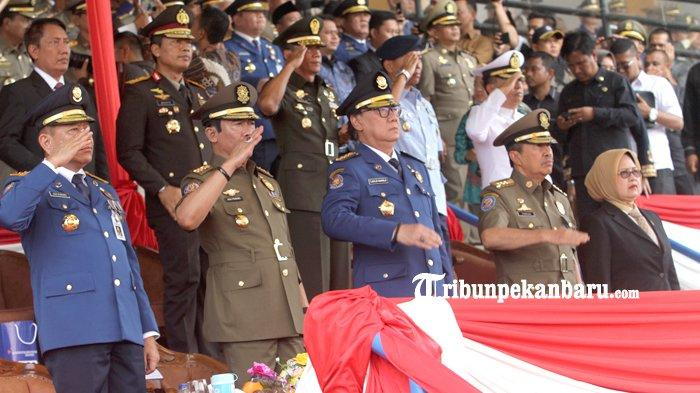 FOTO: Mendagri Pimpin Upacara HUT Damkar di Stadion Kaharudin Nasution Pekanbaru - foto_mendagri_pimpin_upacara_hut_damkar_di_stadion_kaharudin_nasution_pekanbaru_4.jpg