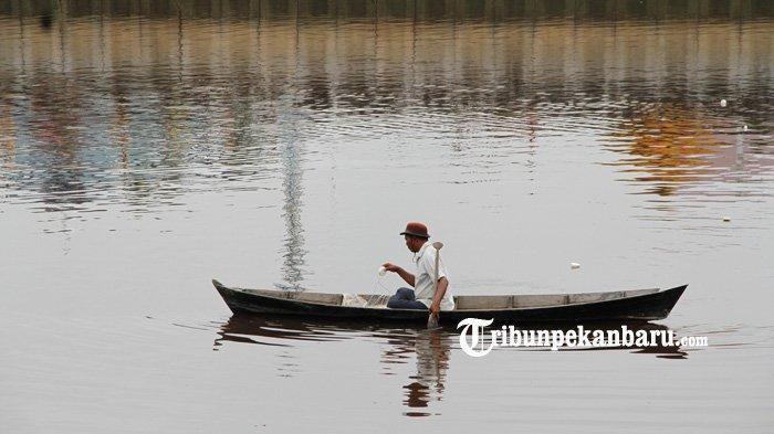 FOTO: Menjaring Ikan di Sungai Siak Pekanbaru - foto_menjaring_ikan_di_sungai_siak_pekanbaru_1.jpg