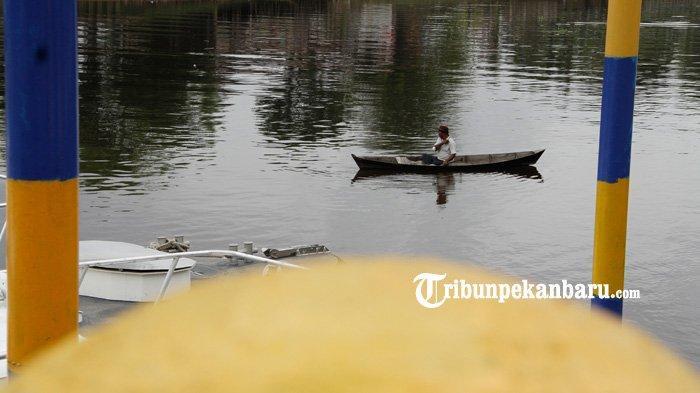 FOTO: Menjaring Ikan di Sungai Siak Pekanbaru - foto_menjaring_ikan_di_sungai_siak_pekanbaru_2.jpg
