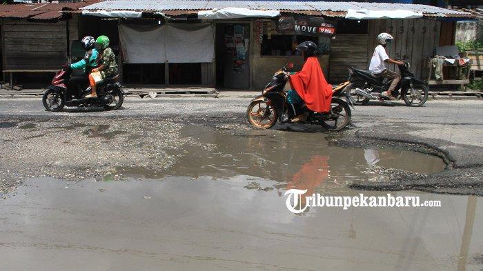 FOTO: Menjelang Lebaran Masih Banyak Jalan Rusak di Pekanbaru - foto_menjelang_lebaran_masih_banyak_jalan_rusak_di_pekanbaru_1.jpg