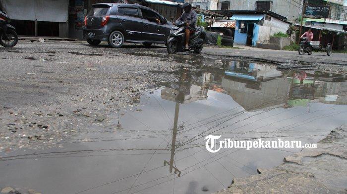 FOTO: Menjelang Lebaran Masih Banyak Jalan Rusak di Pekanbaru - foto_menjelang_lebaran_masih_banyak_jalan_rusak_di_pekanbaru_2.jpg
