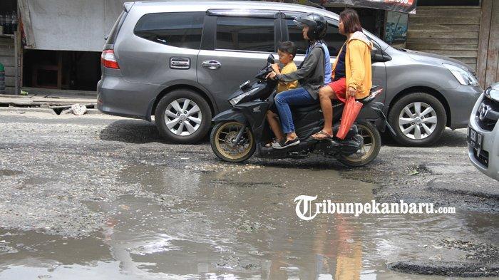 FOTO: Menjelang Lebaran Masih Banyak Jalan Rusak di Pekanbaru - foto_menjelang_lebaran_masih_banyak_jalan_rusak_di_pekanbaru_3.jpg
