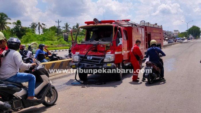 FOTO: Mobil Damkar Kecelakaan di Jalan Soekarno Hatta Pekanbaru - foto_mobil_damkar_kecelakaan_di_jalan_soekarno_hatta_pekanbaru_1.jpg