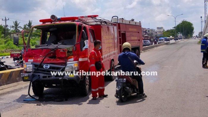 FOTO: Mobil Damkar Kecelakaan di Jalan Soekarno Hatta Pekanbaru - foto_mobil_damkar_kecelakaan_di_jalan_soekarno_hatta_pekanbaru_2.jpg