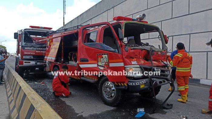 FOTO: Mobil Damkar Kecelakaan di Jalan Soekarno Hatta Pekanbaru - foto_mobil_damkar_kecelakaan_di_jalan_soekarno_hatta_pekanbaru_3.jpg