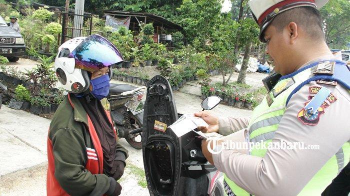 FOTO: Operasi Zebra Muara Takus 2019 di Jalan Arifin Ahmad di Pekanbaru - foto_operasi_zebra_muara_takus_2019_di_jalan_arifin_ahmad_di_pekanbaru_4.jpg